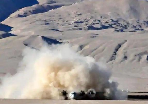 Nguồn tin cho biết, Không quân và Lục quân Ấn Độ vừa tiếp tục có động thái tăng cường lực lượng đến Đông Ladakh nhằm tăng cường phòng thủ dọc theo Đường Kiểm soát Thực tế (LAC) đang có tranh chấp với Trung Quốc. Cùng với hơn 100 chiến đấu cơ các loại, hiện nay hàng chục chiếc trực thăng tấn công Apache trang bị vũ khí là những tên lửa Hellfire và trực thăng vận tải Chinook cũng đã có mặt gần khu xảy ra tranh chấp.
