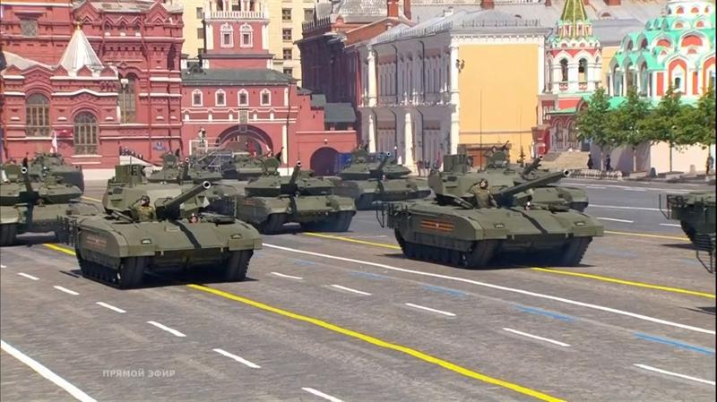 Trong đội hình xe tăng thiết giáp còn có các loại xe tăng chiến đấu chủ lực mới của Quân đội Nga như T-80BVM, T-90 Proryv, T-14 Armata.