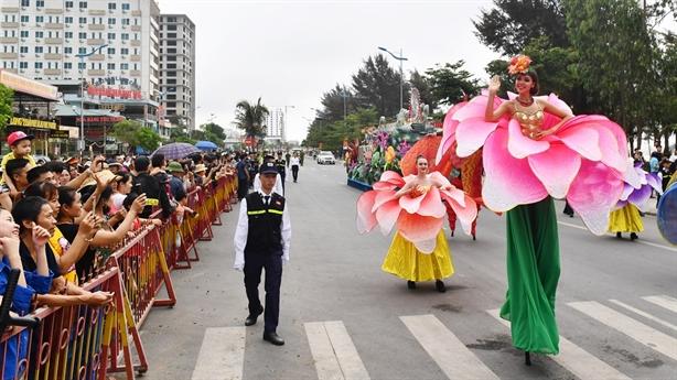 Carnival đường phố khuấy động Lễ hội Du lịch Biển Sầm Sơn