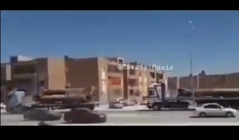 Những tên lửa nằm trong đợt điều động này thuộc trang bị của Tiểu đoàn Thundert 302. Cùng với tên lửa hạng nặng, còn có hàng chục xe bán tải gắn pháo phía sau đang rầm rập tiến về phía Sirte.