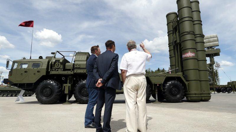 Theo đề xuất của Thượng nghị sĩ John Thune, Mỹ muốn mua lại của Thổ Nhĩ Kỳ hệ thống tên lửa phòng không S-400 do Nga sản xuất để giúp Ankara tham gia vào chương trình phát triển chiến đấu cơ F-35 của Mỹ. Đề xuất đưa điều khoản sửa đổi tương ứng vào dự thảo luật cấp ngân sách cho quốc phòng trong năm tài khóa 2021.