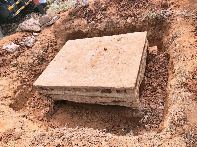 Liên quan đến thông tin phát hiện sập đá cổ nằm sâu dưới mặt ruộng, chiều ngày 8/7, trao đổi với báo Đất Việt, ông Nguyễn Xuân Khang, Giám đốc Bảo tàng Ninh Bình xác nhận và cho biết đơn vị đã đưa sập đá này về bảo tàng.