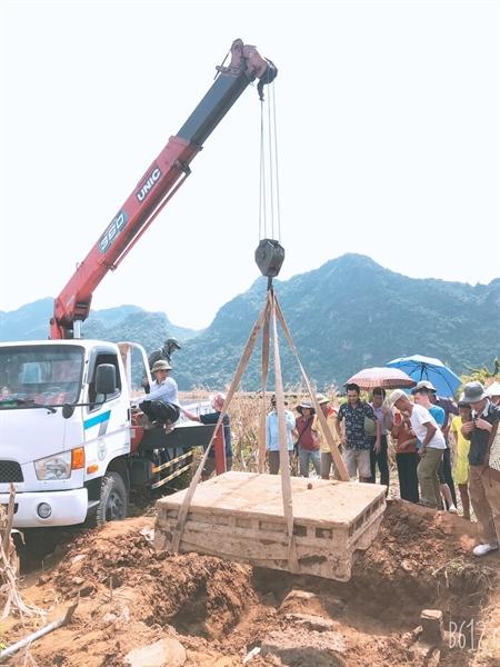 Theo ông Khang, sập đá này được khai quật ở xã Xích Thổ, huyện Nho Quan, tỉnh Ninh Bình, nằm sâu dưới đất ruộng canh tác hoa màu của người dân địa phương.