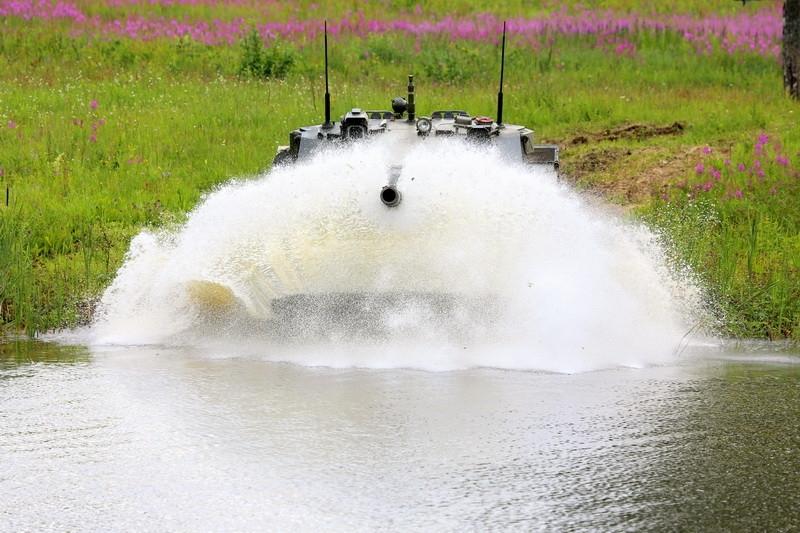 Đặc điểm nổi bật của Sprut-SD là khả năng lội nước nhờ 2 chân vịt ở phía đuôi mà không cần trang bị thêm các thiết bị bổ sung, giúp xe có thể đạt tốc độ di chuyển 8 - 10km/giờ khi ở dưới nước - tính năng không một cỗ tăng hạng nặng nào có được.