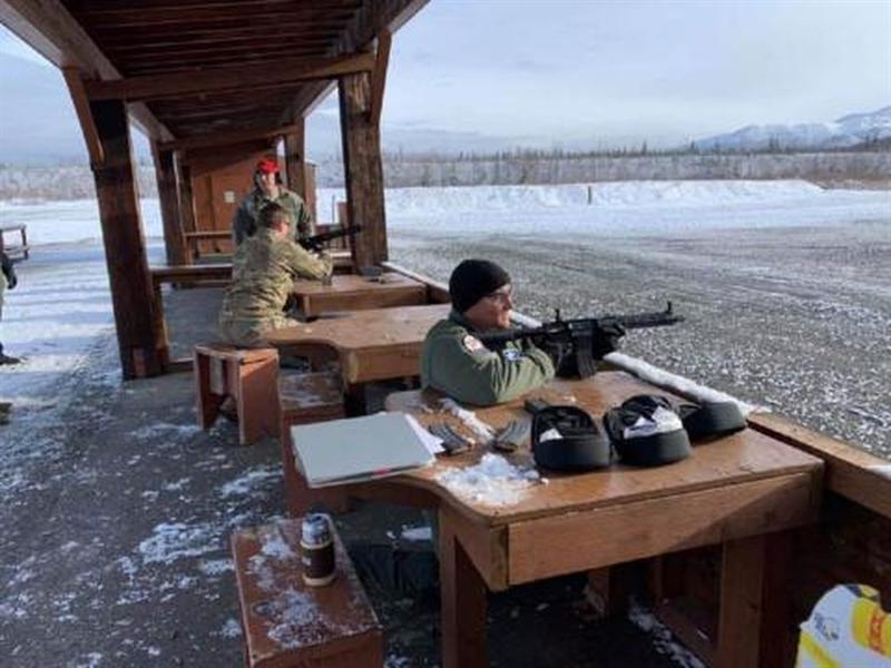 Khẩu GAU-5/A là mẫu súng cải tiến từ súng trường M4, có đặc điểm gọn nhẹ và độ tin cậy cao, đạt tầm bắn hiệu quả khoảng 200 m. Súng có thiết kế đặc biệt để có thể nhét vừa trong bộ thiết bị sinh tồn gắn dưới ghế thoát hiểm của tiêm kích.
