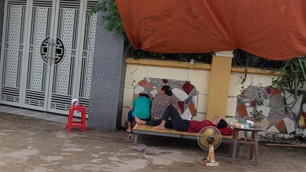 Nguyên một cán bộ huyện bị dân vây nhà đòi tiền