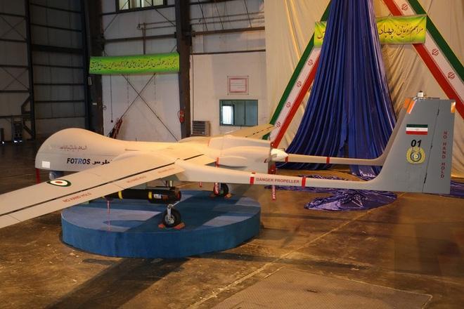 Nhiều UAV của Iran được thiết kế tương tự như các máy bay của Mỹ và Israel. Chiếc Fotros do Tổ chức Công nghiệp Hàng không Iran (IAIO) chế tạo là một trong những UAV lớn nhất do Iran sản xuất và vận hành. Nó có thể bay cao 7.600m và bay trong thời gian 30 giờ.