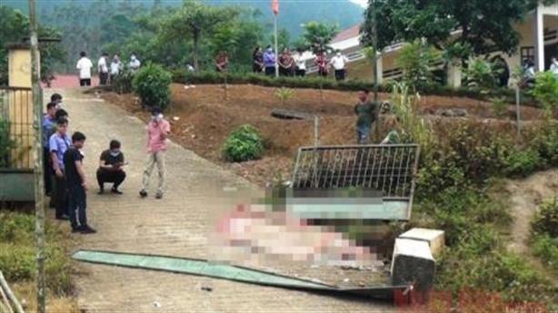 Cổng trường đổ đè chết 3 học sinh: Quá thương tâm