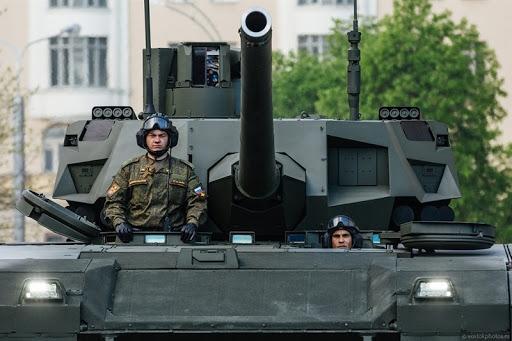 Theo giới thiệu của Uralvagonzavod tại sự kiện Army 2020 vừa qua, xe tăng T-14 Armata có tổng chiều dài là 10,4m, rộng 3,8m và cao 3,2m. Xe tăng được trang bị pháo chính L-56 2A82-1M cỡ 125mm thế hệ mới và 2 súng máy 7,62mm.
