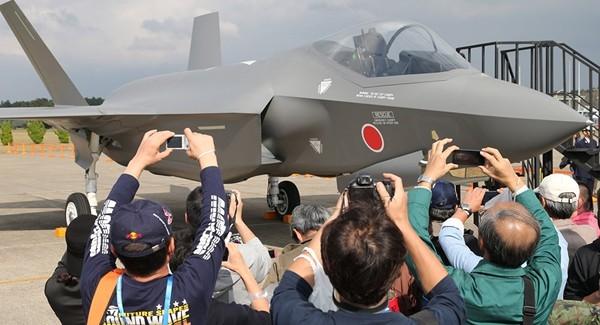 Trong khi đó, đại diện Bộ Quốc phòng Nhật Bản tiết lộ, cùng với việc mua JSM có tầm bắn tối đa lên tới 500km để trang bị cho máy bay chiến đấu F-35A, nước này còn tiếp tục tăng cường sức tấn công đường không bằng việc mua tên lửa tầm xa LRASM do Mỹ chế tạo với tầm bắn 900km trang bị cho phi đội F-15J.
