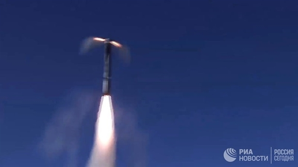 Onyx là loại tên lửa có tốc độ siêu âm, và đạt tốc độ 2,6 Mach. Dòng tên lửa này có tính cơ động rất cao, với đường bay rất phức tạp, với tầm bắn 300 km. Tên lửa đạt độ cao lên đến 15.000 m, và sau đó bổ nhào xuống và bay ở độ cao 10 - 15 mét trên mực nước biển. Nhờ đó, các phương tiện radar trên biển của đối phương rất khó để phát hiện ra nó.