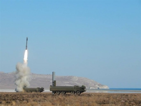 Chuyên gia Nga cho biết, đạn tên lửa Onyx vừa được Hải quân Nga công bố trong buổi bắn thử nghiệm là phiên bản nâng cấp thuộc hệ thống phòng thủ bờ Bastion-P của lực lượng phòng thủ bờ Hải quân Nga. Do là phiên bản mới nên Onyx được đánh gia có nhưng tính năng ưu việt hơn tên lửa thế hệ 5 NSM do Na Uy sản xuất đang được NATO triển khai tại Ba Lan.