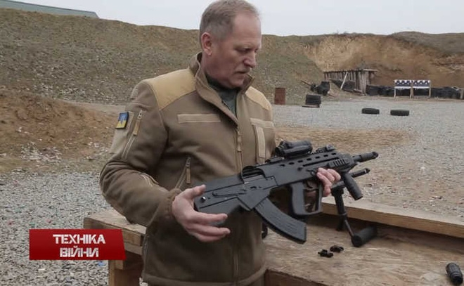 Ukraine vừa trình làng loại súng trường tấn công tự động mới Malyuk tại Triển lãm vũ khí quốc tế Azerbaijan. Loại súng này được xây dựng theo thiết kế theo mẫu AK-74.
