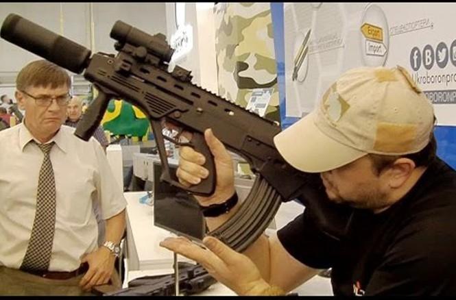 Băng đạn được lắp ở vị trí vô cùng thuận lợi cho mọi tư thế bắn. Theo công bố của nhà sản xuất, độ giật khi bắn liên thanh của Maluk đã giảm 50% so với các khẩu súng trường Kalashnikov khác, cho phép người lính có thể thao tác dễ dàng chỉ bằng một tay.