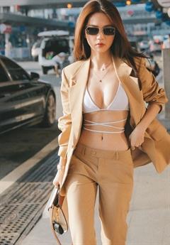 Nhiều người dành lời khen cho Ngọc Trinh rằng cô gợi cảm và phá cách thế nhưng cũng có người chỉ trích người đẹp này phản cảm, diện trang phục không phù hợp với nơi công cộng.