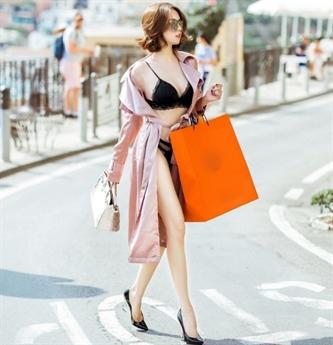 Cách đây đúng tròn một năm, Ngọc Trinh cũng từng gây tranh cãi khi diện đồ lót dạo phố và mua sắm ở Positana cùng Vũ Khắc Tiệp.