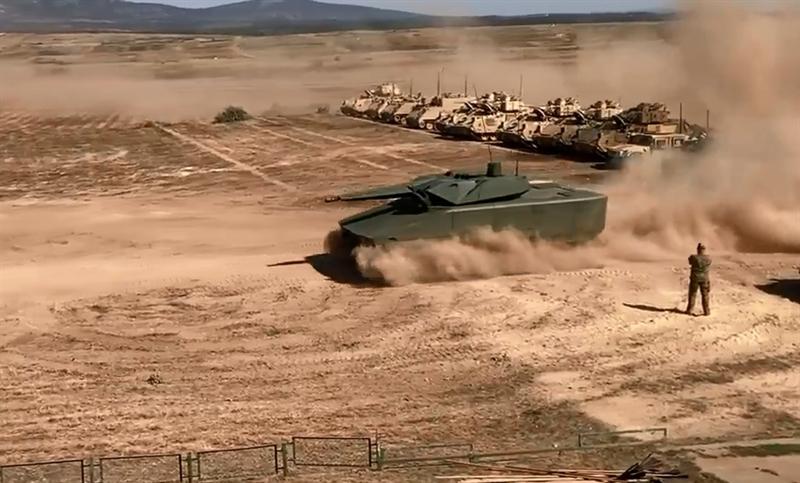 Xe được thiết kế với kíp lái 3 người, sử dụng cơ cấu bánh xích địa hình. Lynx sử dụng kết cấu đáy kép dạng V-hull để nâng cao khả năng kháng mìn và có thể lắp thêm các khối giáp bổ sung dạng module để tăng cường khả năng bảo vệ.
