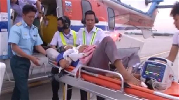 Trực thăng đưa một ngư dân vào đất liền cấp cứu