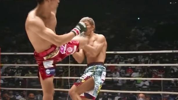 Nam thần Nhật tung đòn Soccer kick hạ đối thủ