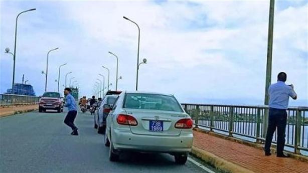 Đoàn xe biển xanh dừng trên cầu chụp ảnh: Không 'tự sướng'