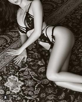 Lần này, gà cưng một thời của Khắc Tiệp chọn phong cách sexy với bộ bikini đen huyền bí và quyến rũ. Dường như đối lập với bộ bikini trắng cách đây ít ngày.