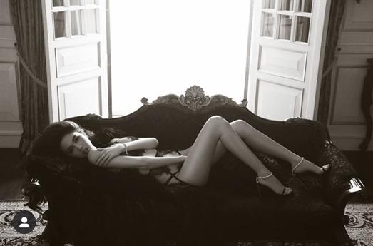 Sau khi không còn ở bên Khắc Tiệp như trước, Ngọc Trinh sau một thời gian loay hoay đi tìm hình ảnh phù hợp đã quyết định quay về với phong cách nóng bỏng đã làm nên thương hiệu của mình.