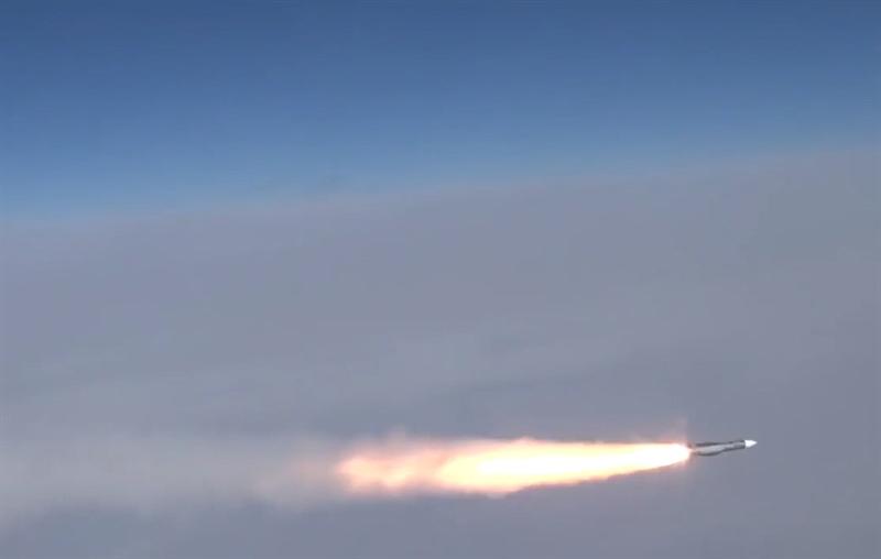 Khi trực tiếp đối mặt với mục tiêu tấn công, trong giai đoạn bay cuối, tên lửa sẽ kích hoạt radar dẫn đường của đầu đạn, sau khi khóa mục tiêu, tên lửa sẽ hiệu chỉnh tuyến đường bay một lần cuối cùng.