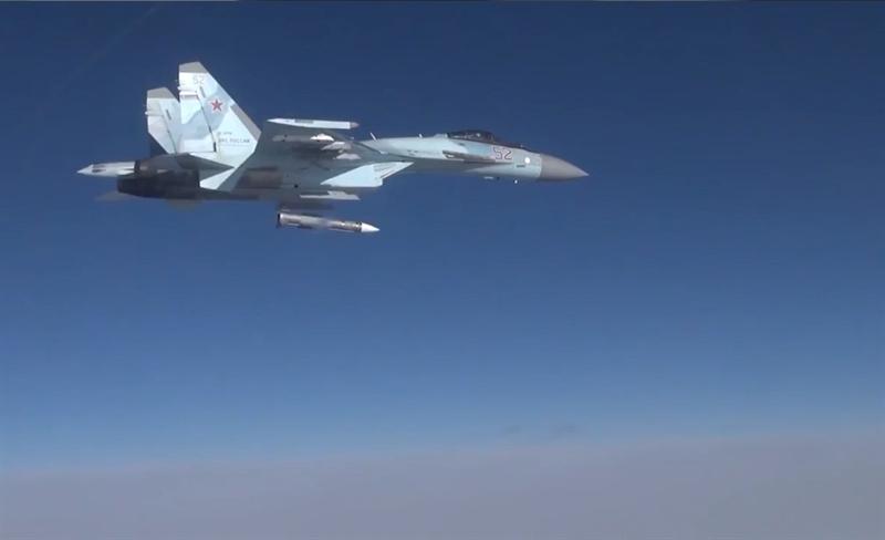Những hình ảnh cho thấy màn khai hỏa R-37M của Su-35 cùng hoạt động của nhiều máy bay khác trong một cuộc diễn tập được Bộ Quốc phòng Nga công bố hôm 4/10. Theo hình ảnh công bố, quả đạn R-37M được thả từ giá treo vũ khí dưới cánh phải chiếc Su-35S. Tên lửa chúi xuống để tạo giãn cách an toàn và kích hoạt ngay sau đó.