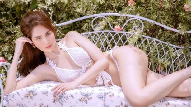 Cách đây ít lâu, Ngọc Trinh tung bộ ảnh nội y mang phong cách cô dâu khiến nhiều người cho rằng cô đang thả thính để tìm được một tình yêu cho mình.