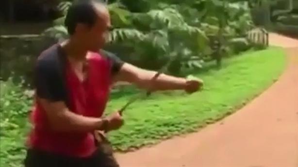 Võ sư suýt lìa tay khi khoe 'Kim cang bất hoại'