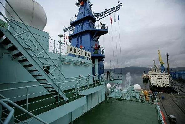 Được khởi công từ năm 2016, Arktika là con tàu đầu tiên trong thế hệ tàu phá băng mới có tên Project 22220 của Nga, với công suất 60 megawatt, do Cơ quan Nguyên tử Nga, Rosatom, chế tạo. Arktika lần đầu tiên hạ thủy chạy thử nghiệm vào tháng 12/2019 tại thành phố St. Petersburg.