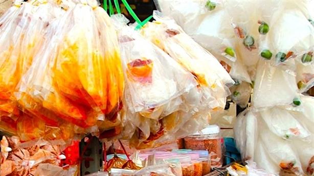 Sự thật về bánh tráng trộn bán tràn lan ngoài cổng trường