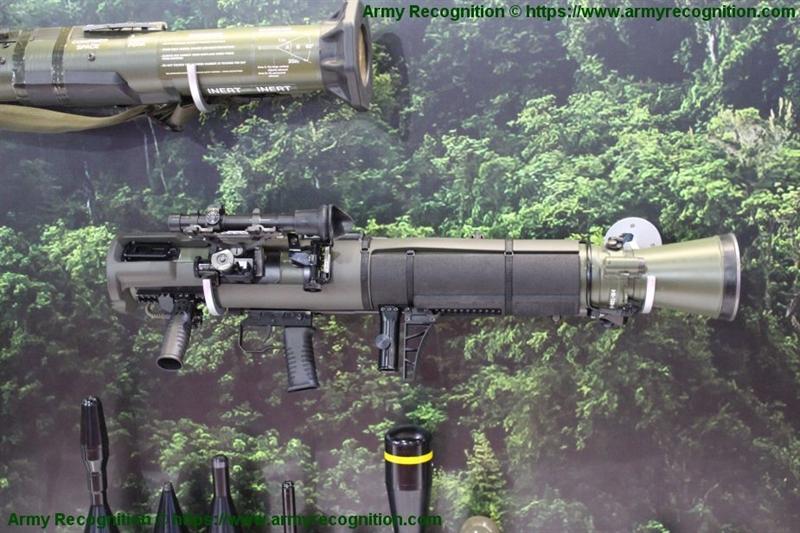Điều đặc biệt là cùng với mua mới, Mỹ và Thụy điển còn ký thỏa thuận hợp tác cùng sản xuất Carl-Gustaf ở Mỹ. Tại Mỹ, khẩu Carl-Gustaf M4 được đánh giá rất cao và được biết đến với tên gọi là M3E1, hay vũ khí cá nhân đa nhiệm mới. Đặc biệt, chúng được dùng để thay thế cho khẩu M72 LAW do Mỹ sản xuất hiện có trong trang bị.
