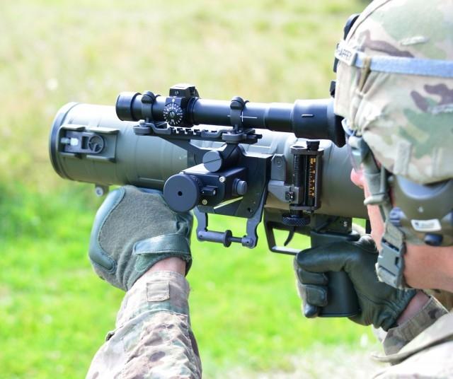 Tạo hỏa lực mạnh đến cấp trung đội khi tác chiến trong môi trường bất thuận, ít được hỗ trợ từ bên ngoài. Ngoài ra, hỏa thần vác vai này còn dễ vận hành, dễ sử dụng kể cả cho huấn luyện lẫn cho mục đích chiến đấu.