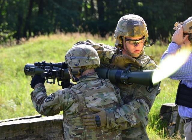 Để hoàn thành loạt nhiệm vụ của mình, hệ thống ngắm của Carl-Gustaf M4 được đánh giá rất thông minh với các đầu ruồi được thiết kế như một bộ phận chốt khóa để gắn thêm các thiết bị phục vụ tác chiến ban đêm như màn hình hiển thị hoặc đèn laser.