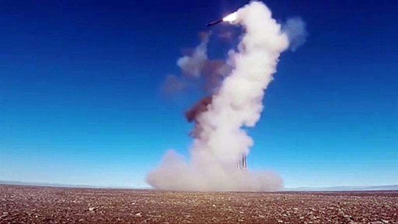 Ông Alexander Mozgovoi giải thích, khi tên lửa đầu tiên của hệ thống nắm bắt được mục tiêu, ngay lập tức nó truyền tải thông tin đến tên lửa khác. Do đó, tên lửa Onyx biết cách để phân phối tiêu diệt các mục tiêu. Trong khi đó, tên lửa NSM của NATO mới chỉ đạt tốc độ cận âm. NSM dài 3,96 m, mang theo đầu đạn nặng 125 kg, tầm bắn tối đa khoảng 185 km.
