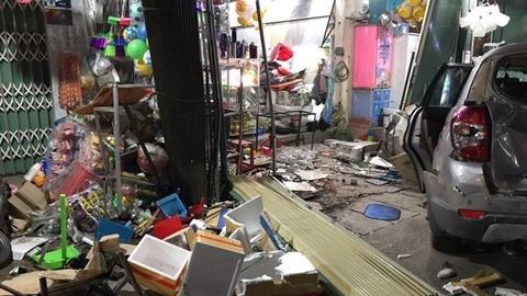 Khoảnh khắc hai xe lao vào nhà dân, 3 người tử vong