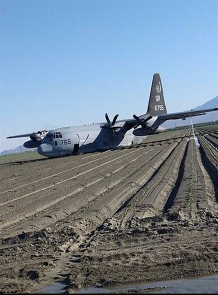 Quan sát hình ảnh chiếc KC-130J được kéo về căn cứ cho thấy nhiều lỗ thủng lớn trên thân máy bay xuất hiện do bị cánh quạt gãy văng trúng. (Tuấn Vũ)