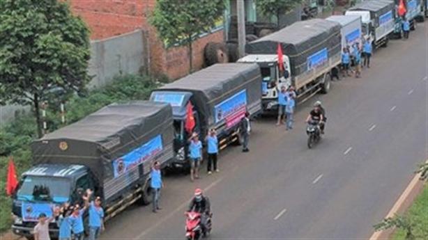 Xe kinh doanh giả chở hàng cứu trợ đòi miễn phí