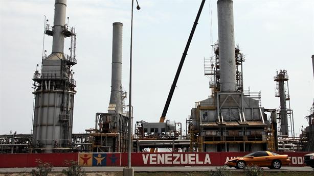 Venezuela bị khủng bố tấn công nhà máy lọc dầu