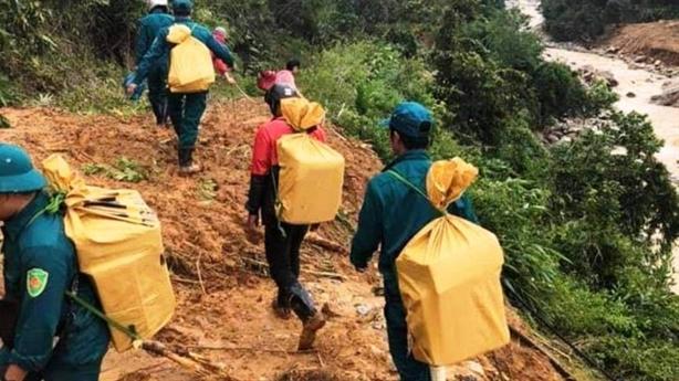 Quảng Nam: Gùi lương thực tiếp tế 3.000 dân bị cô lập