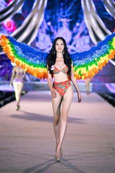 Năm nay xuất hiện khá nhiều thí sinh có hình thể đẹp, đặc biệt khoe được vòng một gợi cảm trong những bộ bikini.
