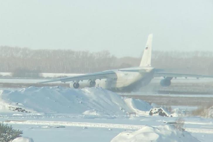 Khi thực hiện hạ cánh, chiếc máy bay đã bị trượt khỏi đường băng làm gẫy cảng trước vfa khiến điểm tiếp xúc giữa hai cánh với thân máy bay bị nứt.