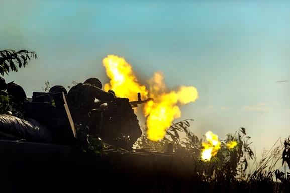 Xe thiết giáp khai hỏa tiêu diệt mục tiêu.