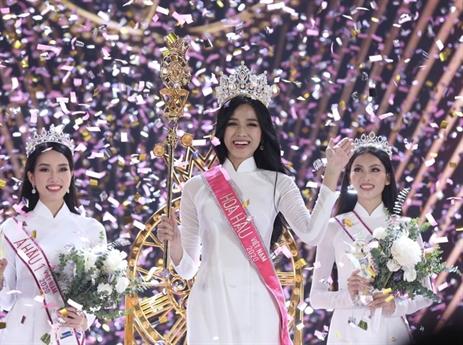 Vượt qua 34 cô gái khác, Đỗ Thị Hà đăng quang Hoa hậu Việt Nam 2020. Cô nhận vương miện từ người tiền nhiệm Trần Tiểu Vy.