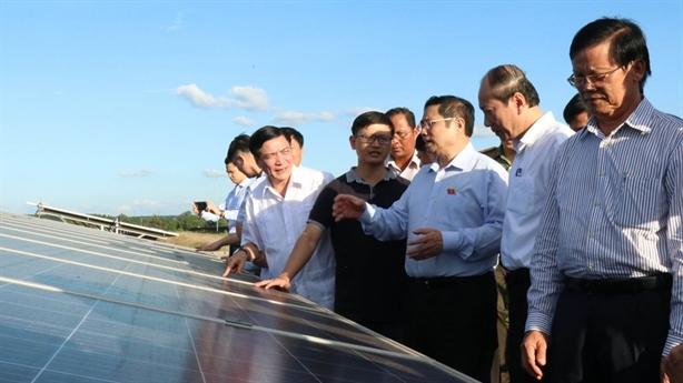 Pin mặt trời cất kho, chờ công nghệ xử lý