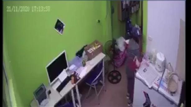 Nữ quái trộm điện thoại ở cửa hàng: Chuyên nghiệp