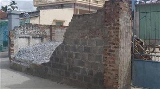 Con chủ nhà nói gì vụ tường đổ đè chết bé gái?
