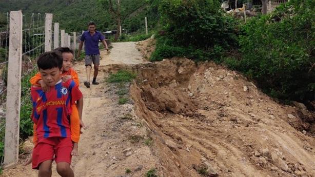 Doanh nghiệp đào đường, chặn lối đi của dân: Giải thích lạ