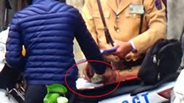 Thanh niên đưa tiền hối lộ Đại úy: 'Xin anh bỏ qua'